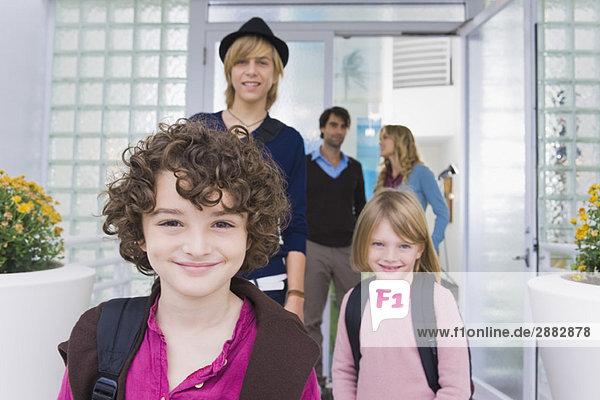 Kinder mit einem Kindermädchen  das die Schule verlässt