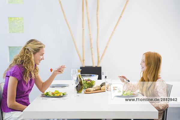 Frau beim Mittagessen mit ihrer Tochter