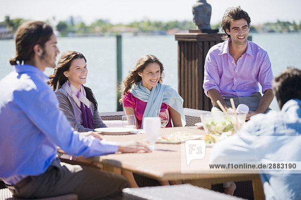 Freunde beim Mittagessen in einem Straßencafé