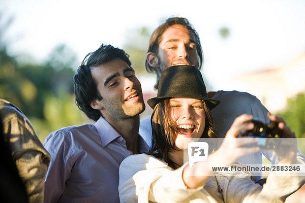 Drei Freunde fotografieren sich selbst
