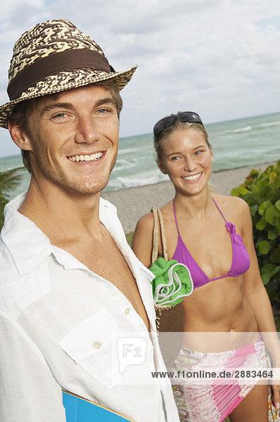 Porträt eines Mannes  der mit seiner Freundin lächelt