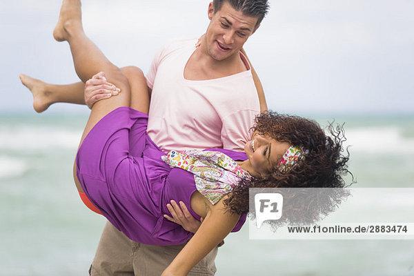 Mann mit einer Frau am Strand