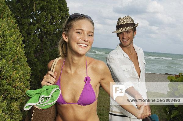 Paar in einem Touristenort