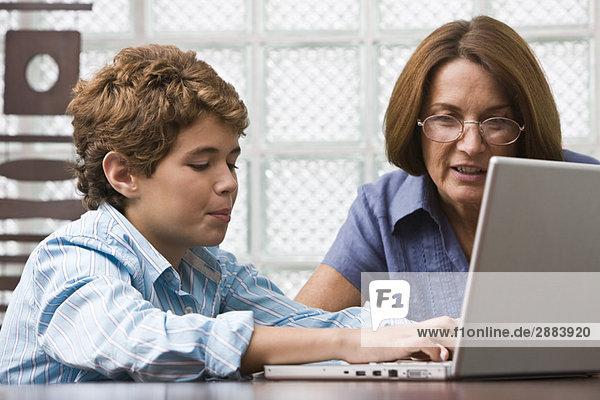 Frau unterrichtet ihren Enkel