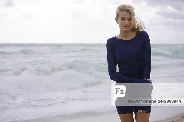 Frau am Strand stehend