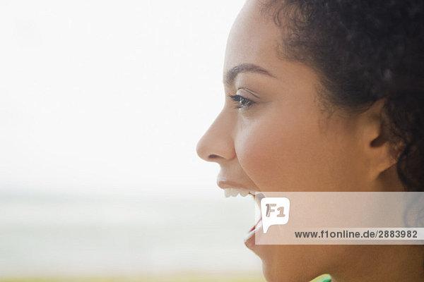 Nahaufnahme einer am Strand schreienden Frau