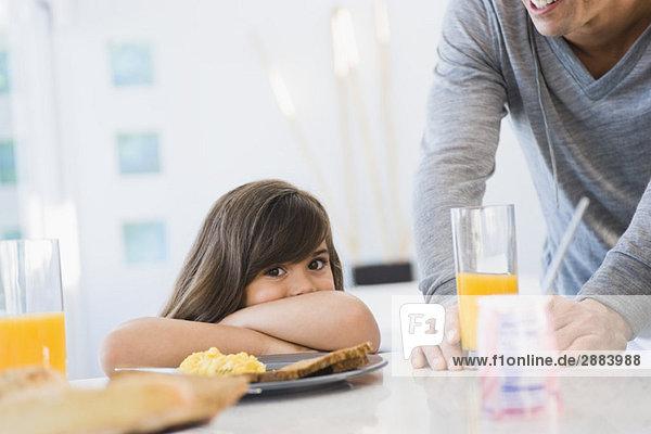 Mädchen mit ihrem Vater am Frühstückstisch