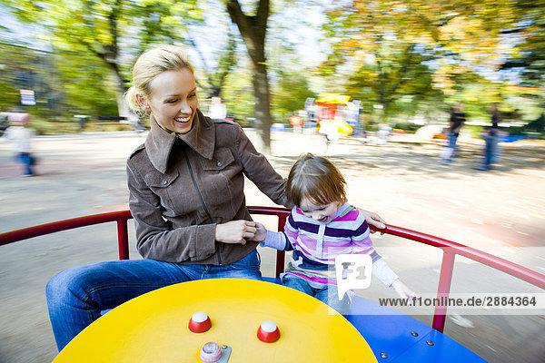 Mutter und Kind in Spielplatz Mutter und Kind in Spielplatz