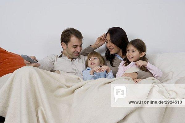 Eine vierköpfige Familie beim Fernsehen