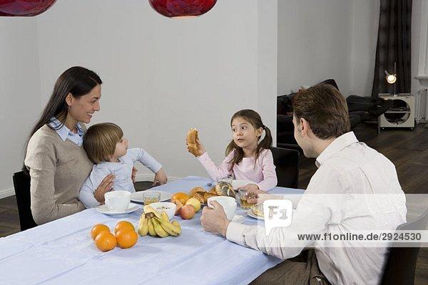 Eine Familie beim Frühstücken