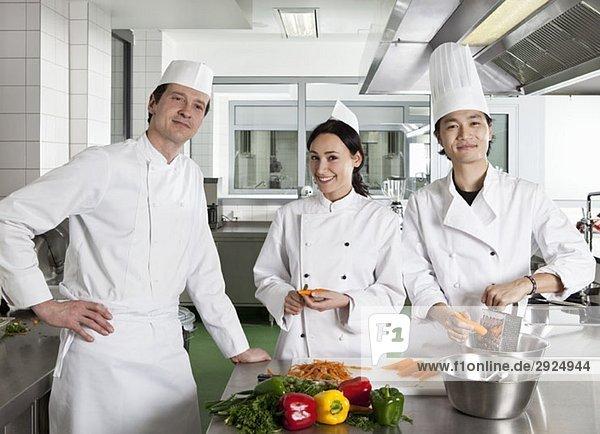 Köche bei der Vorbereitung in einer Großküche