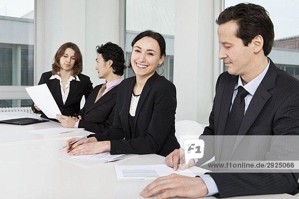 Vier Geschäftsleute in einem Geschäftstreffen