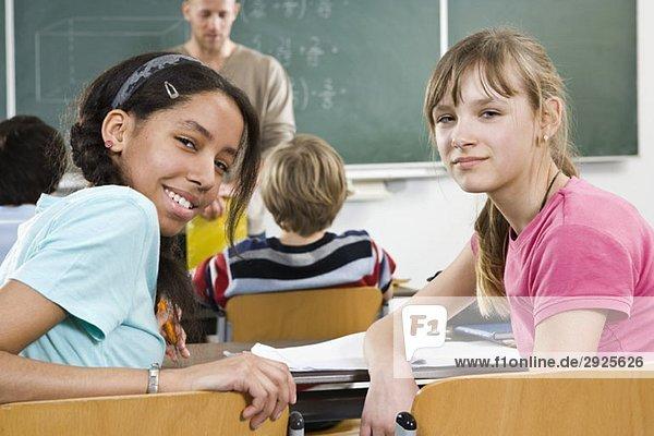 Zwei Schülerinnen im Klassenzimmer