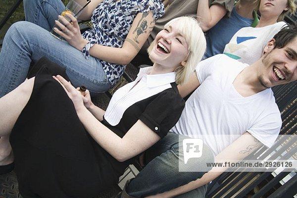 Eine Gruppe von Freunden  die zusammen auf einem Dach sitzen.