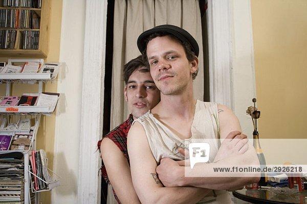 Ein junges Paar  das zusammen in seinem Wohnzimmer sitzt.