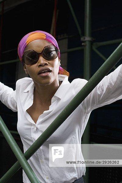 Porträt einer jungen Frau mit Sonnenbrille und Kopftuch