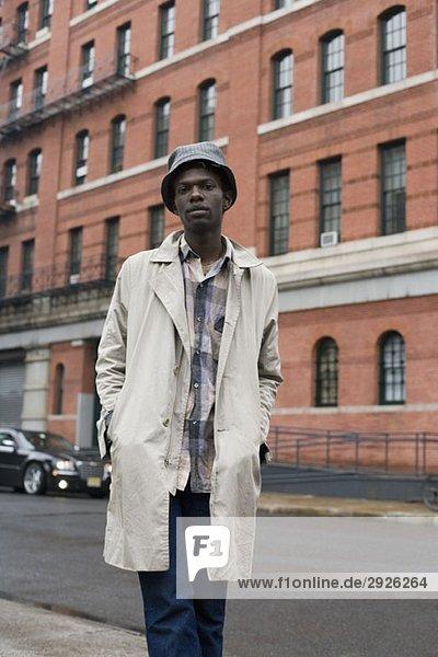 Bildnis eines jungen Mannes auf dem Bürgersteig