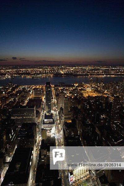 East River im Stadtbild bei Nacht  New York City