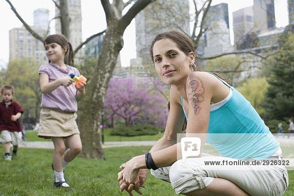 Eine Frau und ihre Kinder im Central Park  New York City