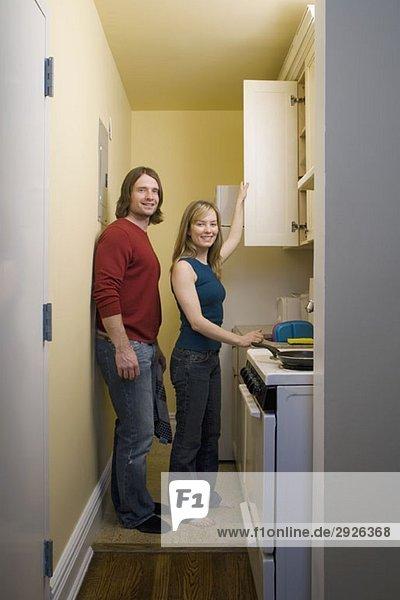 Porträt eines jungen Paares  das in einer Küche steht