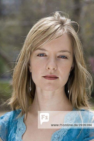 Porträt einer jungen Frau im Stadtpark