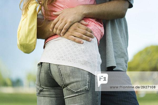 Junges Paar umarmend  Mittelteil  Blickwinkel niedrig