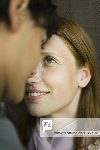 Junges Paar berührt Nasen  starrt sich in die Augen  Nahaufnahme