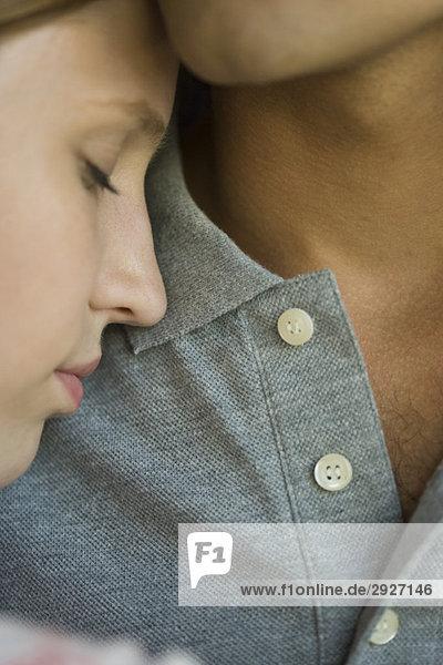 Junge Frau lehnt Kopf gegen die Brust des Mannes  Augen geschlossen  Nahaufnahme