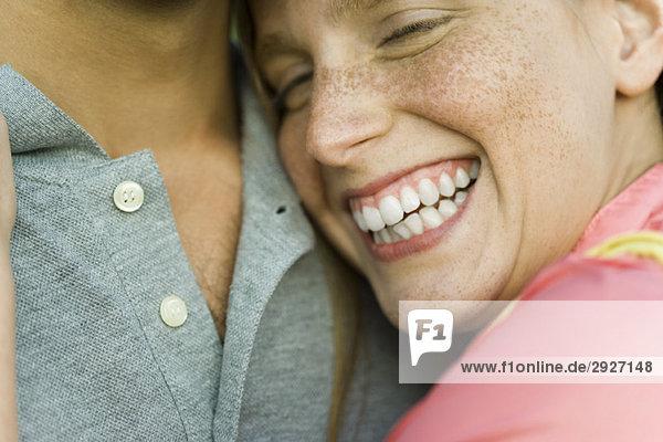 Junge Frau ruht Kopf auf der Brust des Mannes  lachend  Nahaufnahme