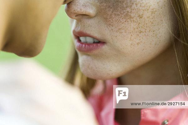 Junges Paar von Angesicht zu Angesicht  berührende Nasen  abgeschnitten  Mund