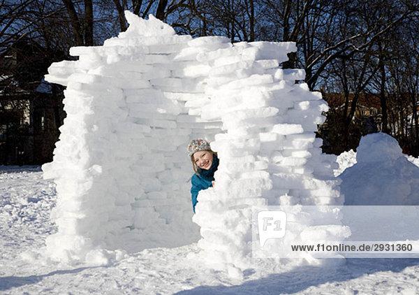 Mädchen im Iglu im Schnee