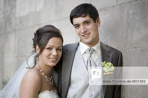 Brautpaar lächelt in die Kamera.