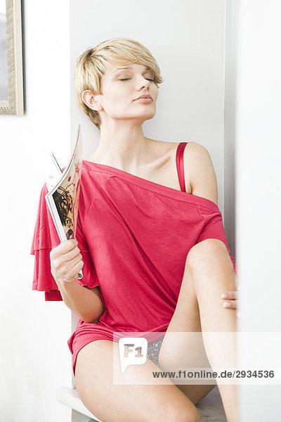 junge Frau Fan mit Magazin