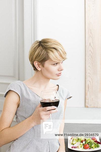Frau mit Glas Rotwein