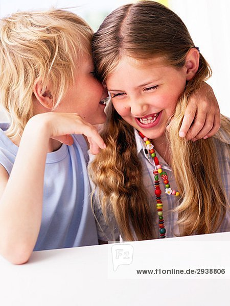 Ein Junge und ein Mädchen Schweden zusammensitzen.