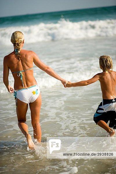 Skandinavischen Mutter und Sohn schwimmen Oman.