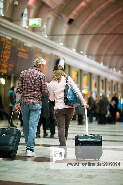Ein paar mit Koffern am Bahnhof Schweden.