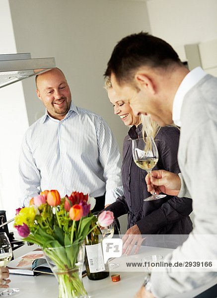 Eine Frau und zwei Männer in einer Küche Schweden.