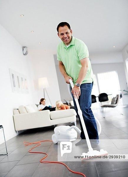Mann Boden Fußboden Fußböden Staubsauger