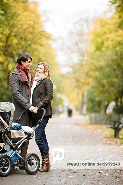 Ein paar einen Spaziergang mit ihren Sohn Schweden.