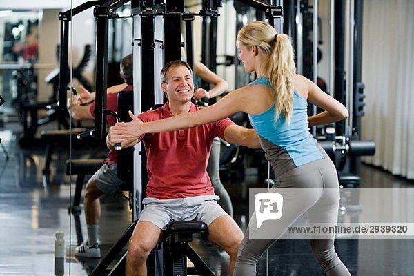 Fitness-Studio Frau Mann Training Gewicht