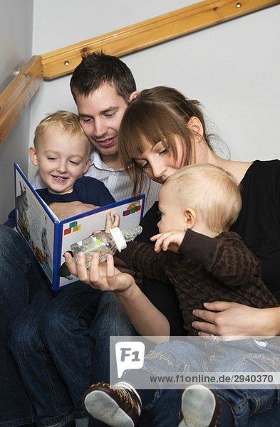 Familie beim Lesen einer Geschichte