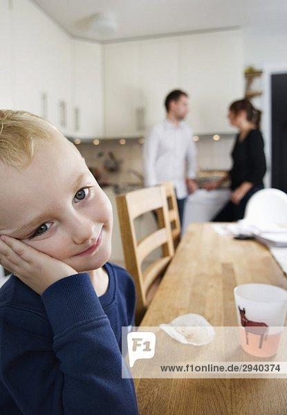 Junge trinkt Limonade