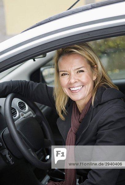 Lächelnde Frau im Auto
