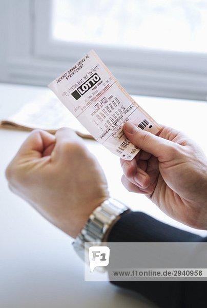 Mann mit Lottoschein