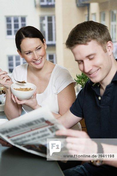 Paar liest Zeitung