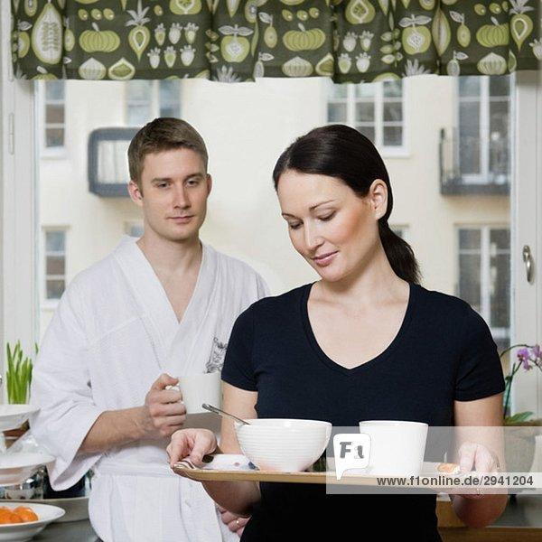 Frau mit Frühstücksteller