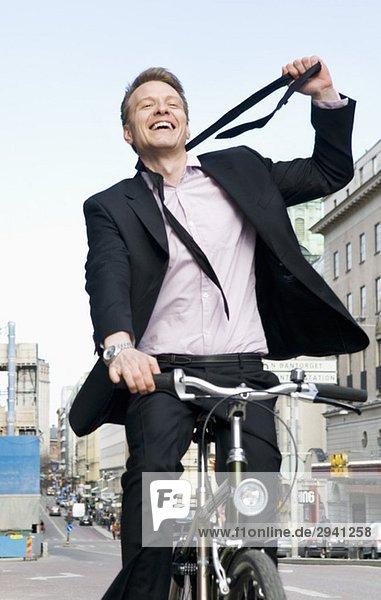 Mann auf dem Fahrrad lockere Krawatte