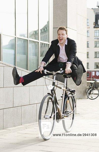 Geschäftsmann auf dem Fahrrad