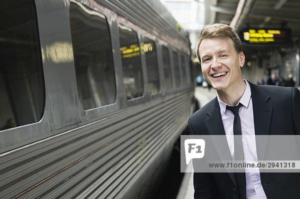 Geschäftsmann wartet am Bahnhof